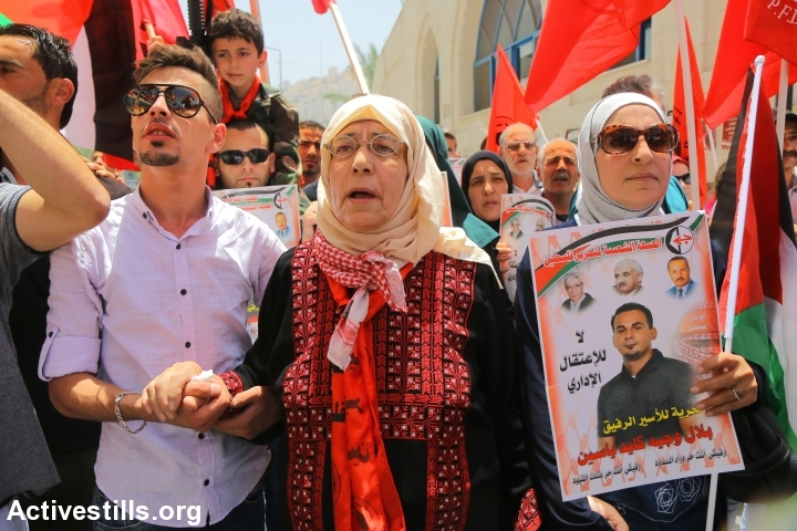 The mother of the Palestinian prisoner Bilal Kayed (center) takes part in a protest in solidarity with her son, Nablus West Bank, June 14, 2016. (photo: Ahmad al-Bazz/Activestills.org)